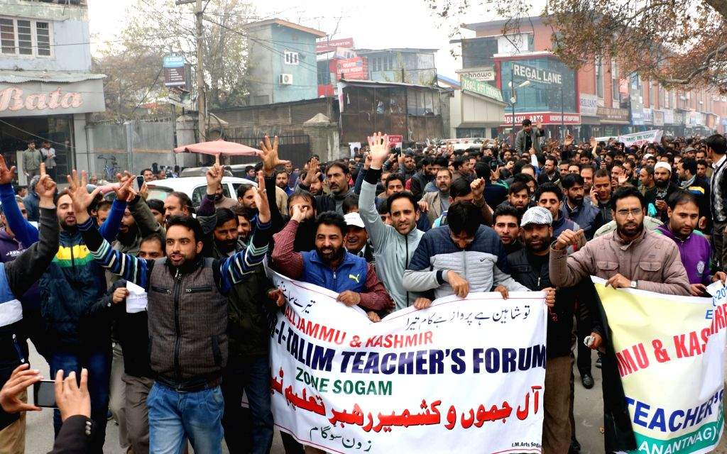The members of Jammu and Kashmir Rehbar-e-Taleem (ReT) Teacher's Forum stage a demonstration to press for their demands in Srinagar, on Nov 23, 2015.