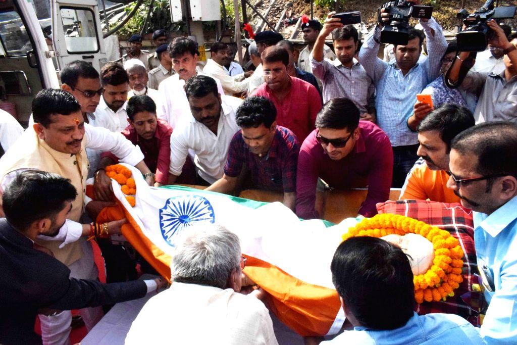The mortal remains of mathematician Vashishtha Narayan Singh wrapped in Tricolor, being taken for his last rites in Patna on Nov 14, 2019. - Vashishtha Narayan Singh
