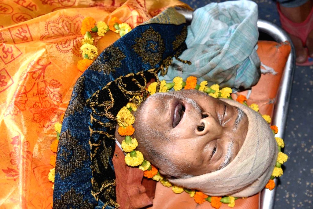 The mortal remains of mathematician Vashishtha Narayan Singh being taken for his last rites in Patna on Nov 14, 2019. - Vashishtha Narayan Singh