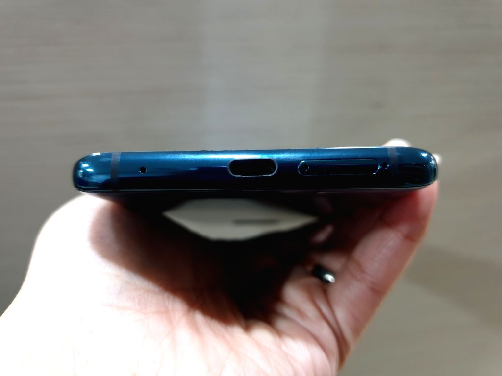 The phone has no lower speaker grille.
