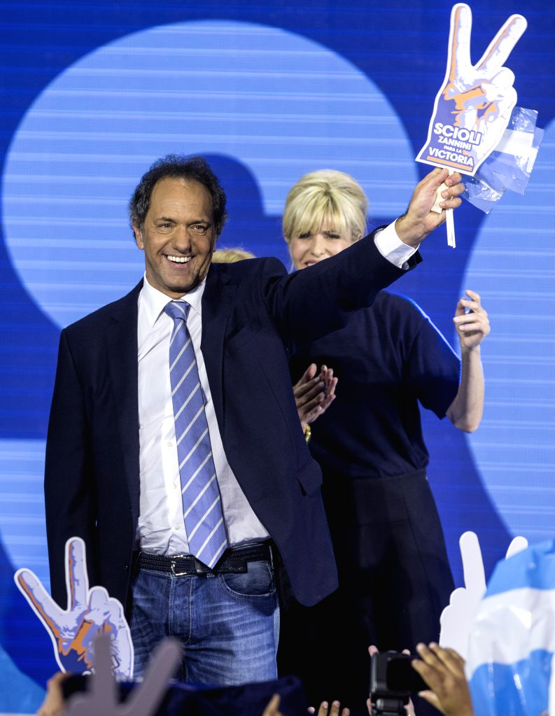 "The presidential candidate to Argentina's Presidency of ruling party ""Frente para la Victoria"" (Front for Victory), Daniel Scioli (L) and his wife ..."