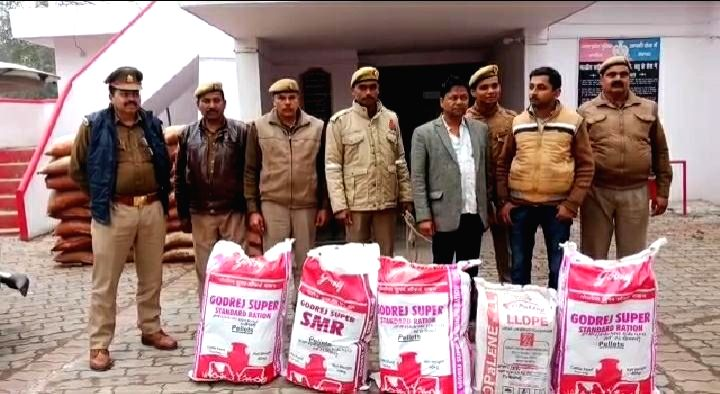 The Tindwari police of Banda district in Uttar Pradesh, along with the Swat team, arrested two smugglers of Rae Bareli with 100 kg of dried hemp on Wednesday.
