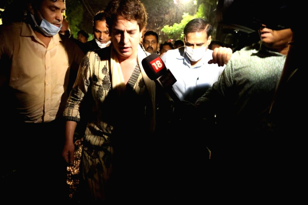 The UP government tried to stop Priyanka Gandhi outside the house. There was a huge scuffle by the police. - Priyanka Gandhi
