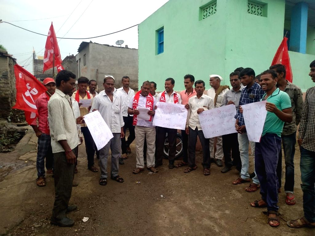Thousands of farmers protest in Maharashtra.