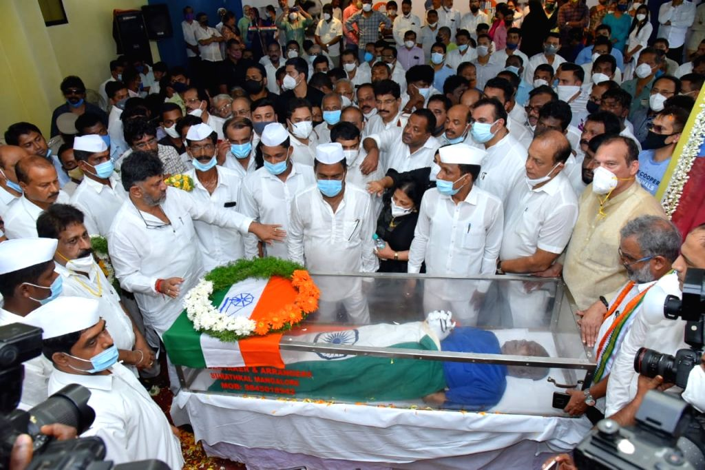 Thousands pay floral tributes to veteran Cong leader Oscar Fernandes in hometown. - Fernandes