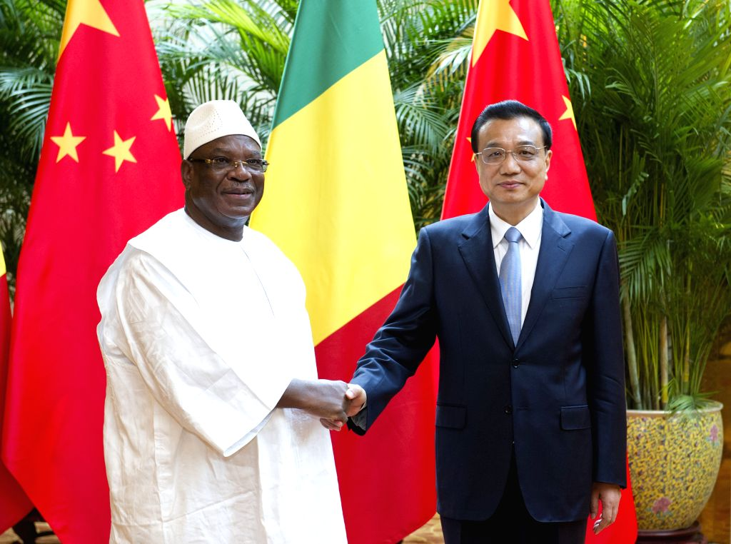 Chinese Premier Li Keqiang (R) meets with Malian President Ibrahim Boubacar Keita on the sidelines of the 2014 New Leaders Meeting of the World Economic Forum, or .