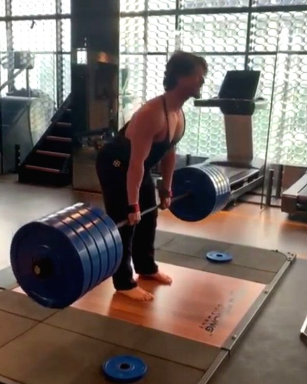 Tiger Shroff does deadlifts with 220 kilos of weight.