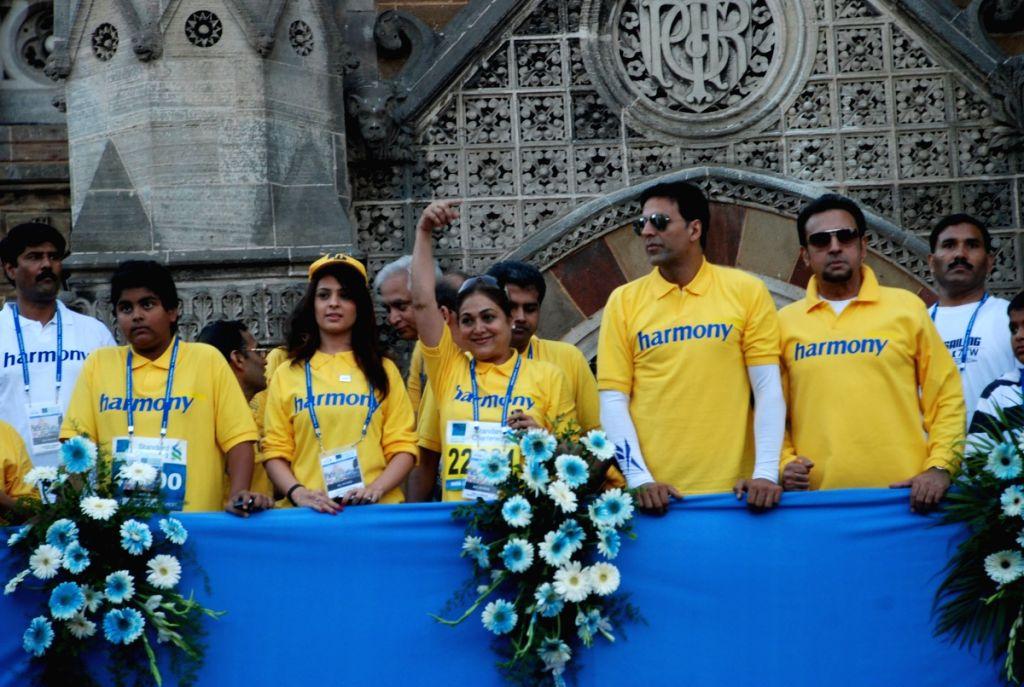 Tina Ambani, Akshay Kumar and Gulshan Grover at Marathon High Res in Mumbai. - Gulshan Grover, Tina Ambani and Akshay Kumar