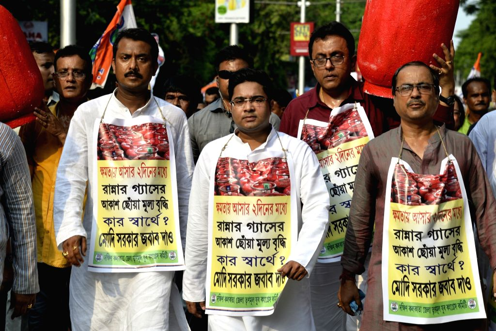 TMC workers led by Diamond Harbour MP Abhishek Banerjee stage a demonstration to protest against the price hike of liquefied petroleum gas (LPG) cylinder, in Kolkata, on June 4, 2019. - Abhishek Banerjee