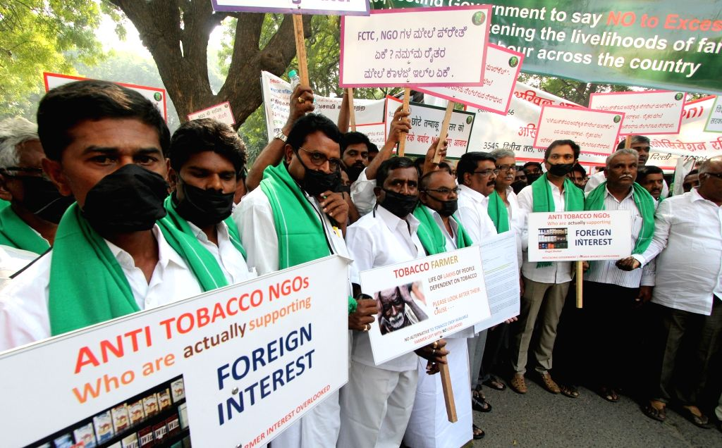 Tobacco farmers under the banner of Federation of All India Farmers Association stage a demonstration against WHO Framework Convention on Tobbaco Ban in New Delhi, on Oct 27, 2016.