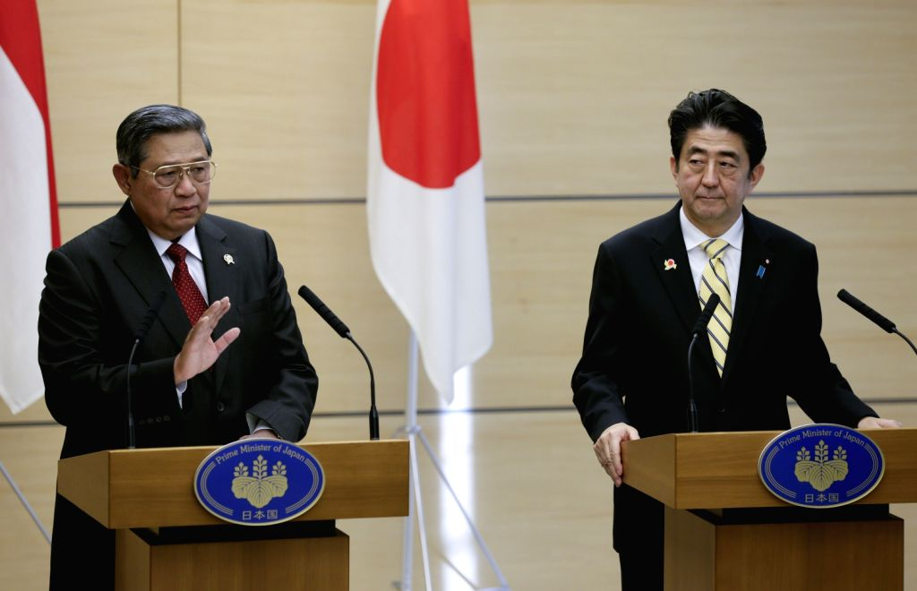Indonesian President Susilo Bambang Yudhoyono (L) and Japan's Prime Minister Shinzo Abe attend a joint news conference at Abe's official residence in .. - Shinzo Abe