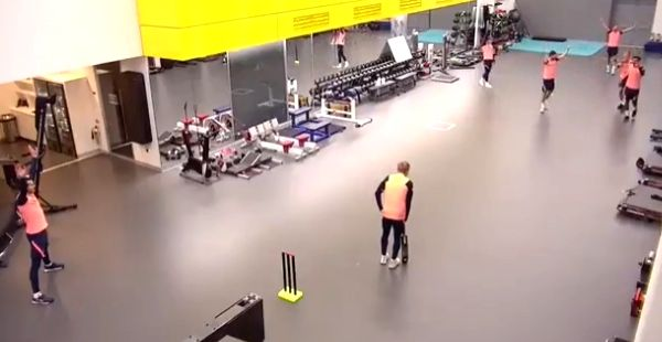 Tottenham's Dele Alli shows off cricketing skills with 'outrageous catch'.