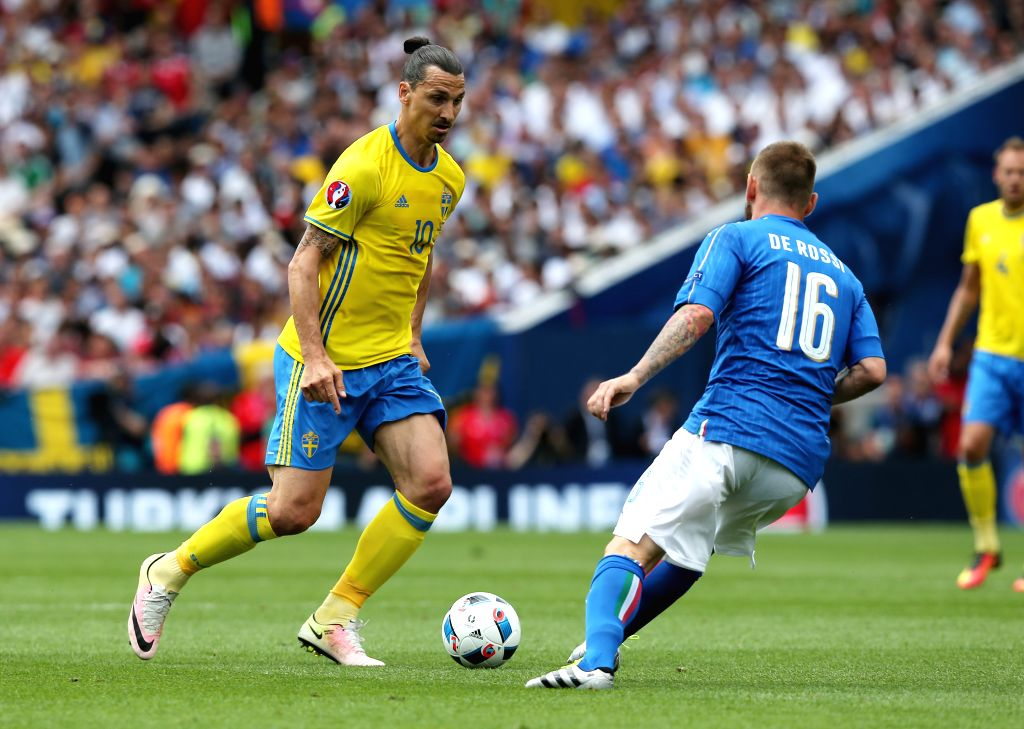 TOULOUSE, June 17, 2016 - Italy's Daniele De Rossi (R) vies with Sweden's Zlatan Ibrahimovic during an Euro 2016 Group E soccer match between Italy and Sweden in Toulouse, France, June 17, 2016.