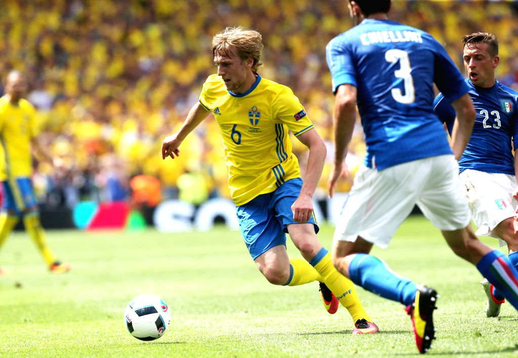 TOULOUSE, June 17, 2016 - Sweden's Emil Forsberg (L) vies with Italy's Giorgio Chiellini (C) and Emanuele Giaccherini during an Euro 2016 Group E soccer match between Italy and Sweden in Toulouse, ...