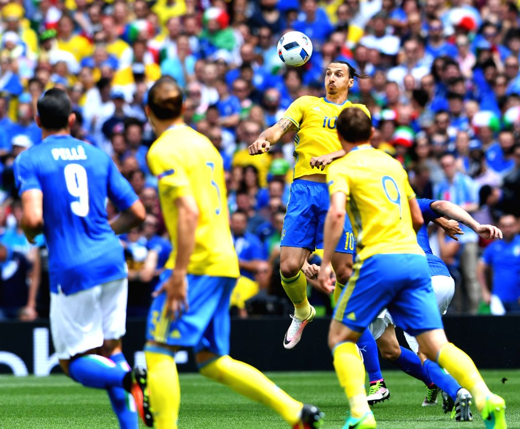 TOULOUSE, June 17, 2016 - Sweden's Zlatan Ibrahimovic (Top) heads for the ball during the UEFA Euro 2016 group E match between Italy and Sweden at the Stadium Municipal in Toulouse, France, June 17, ...