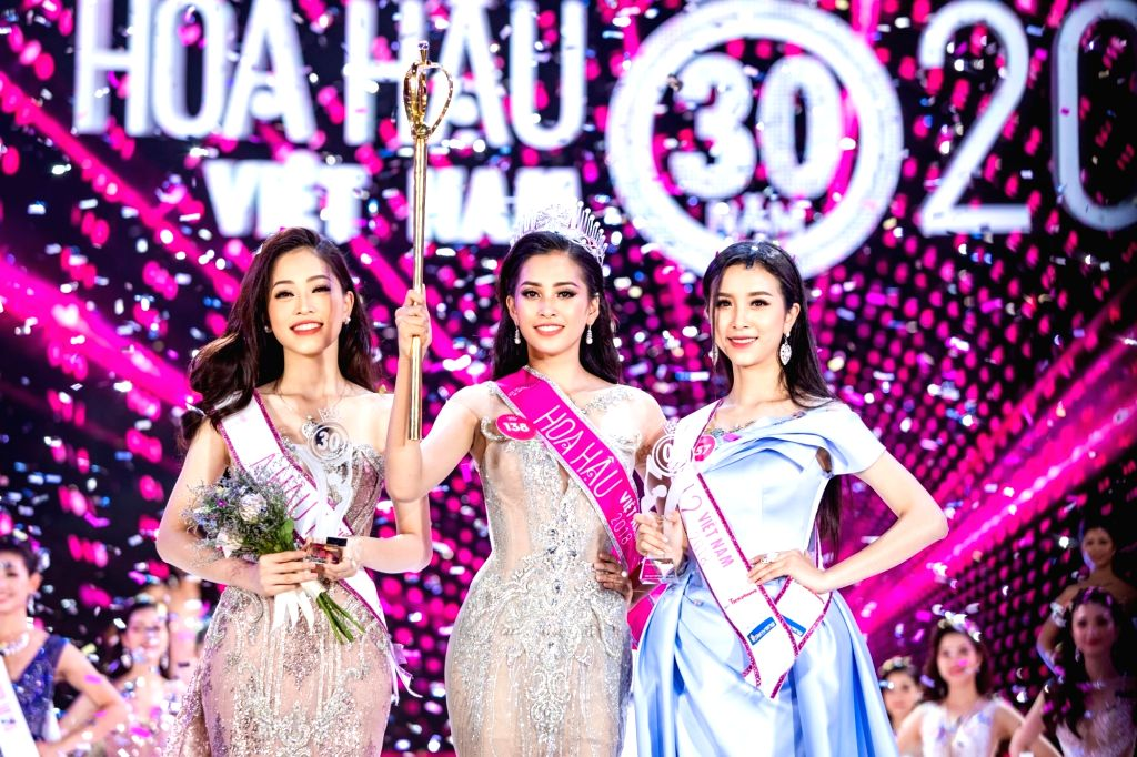 Tran Tieu Vy (C), winner of the Miss Vietnam 2018 beauty contest, pose for photos during the finals of the contest in Ho Chi Minh City, Vietnam, on Sept. ...