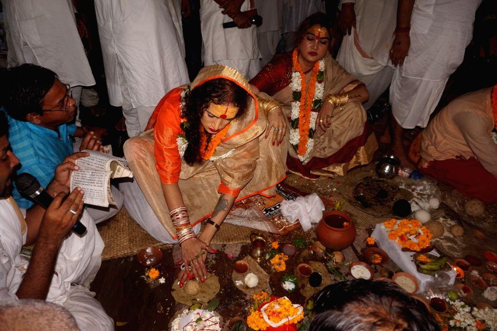 Transgender activist turned Acharya Mahamandaleshwar of Kinnar Akhada, Laxmi Narayan Tripathi performs Pitru Paksha rituals at Pishach Mochan Kund in Varanasi on Sept 24, 2016. Eunuchs from ... - Laxmi Narayan Tripathi