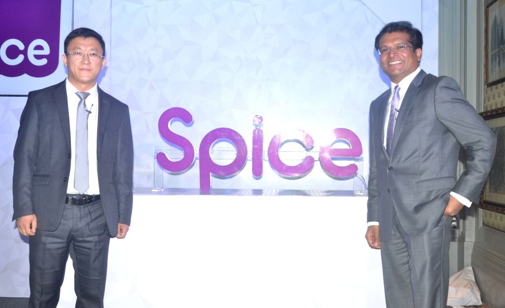 Transsion Holdings President Lin Qin with Spice Mobility Executive Chairman Dilip Modi during a programme organsied to announce their joint venture in New Delhi, on June 29, 2017. - Dilip Modi