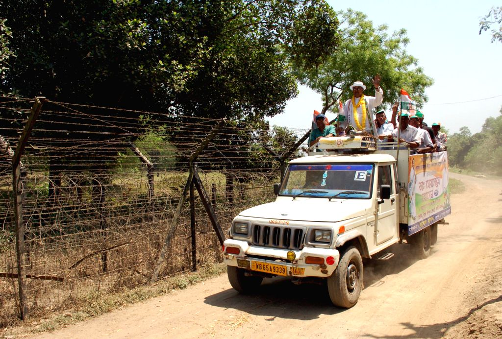Tribal voters at polling booth set up in a remote area of Odisha. (Photo : Arabinda Mahapatra/IANS)