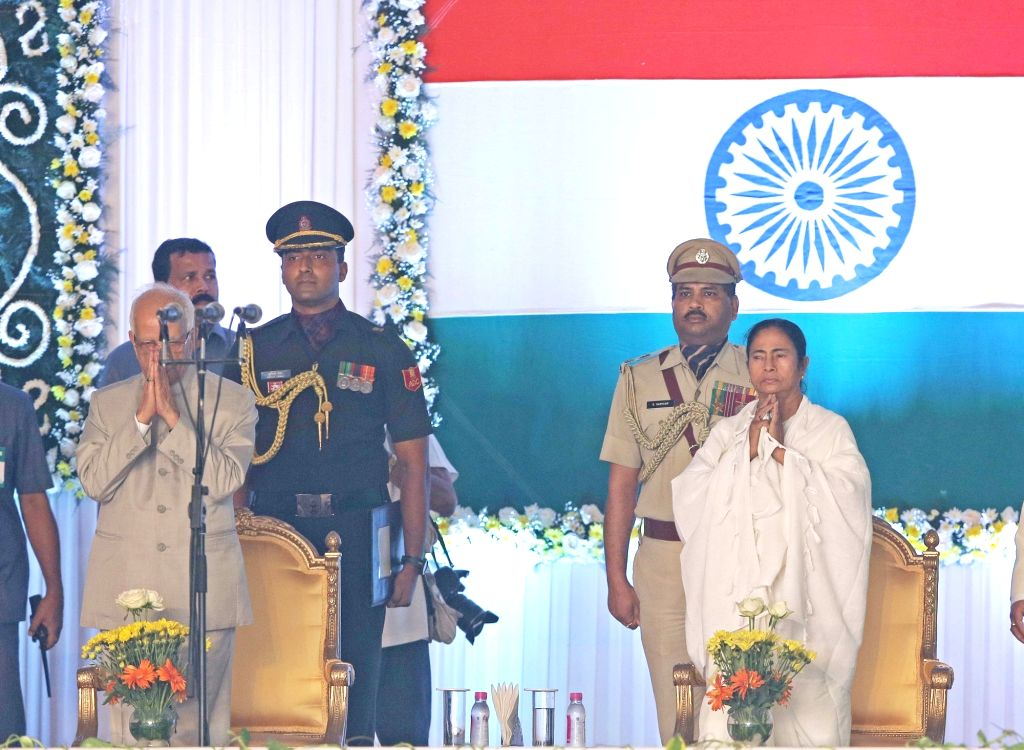 Trinamool Congress supremo Mamata Banerjee during her swearing-in ceremony as West Bengal Chief Minister in Kolkata, on May 27, 2016. Also seen West Bengal Governor Keshari Nath Tripathi. - Mamata Banerjee and Keshari Nath Tripathi