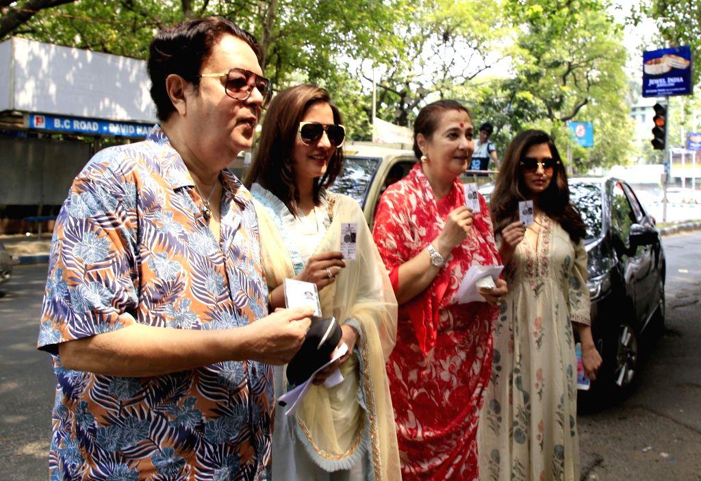 Trinamool Congress (TMC) leader Moon Moon Sen with her daughters-actresses Raima Sen and Riya Sen during the last phase of 2019 Lok Sabha polls, in Kolkata, on May 19, 2019. - Raima Sen and Riya Sen