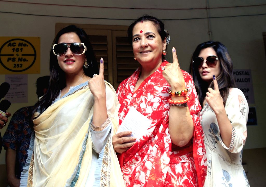 Trinamool Congress (TMC) leader Moon Moon Sen with her daughters-actresses Raima Sen and Riya Sen, show their forefinger marked with indelible ink after casting vote during the last phase of ... - Raima Sen and Riya Sen