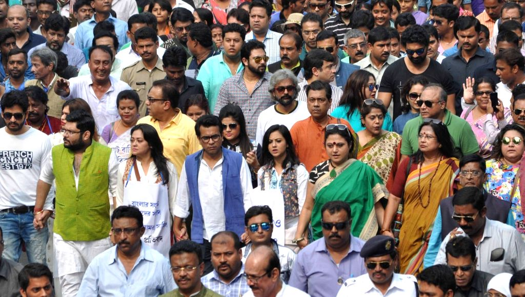 Trinamool Congress (TMC) leaders participate in a march against demonetisation in Kolkata on Nov 28, 2016.