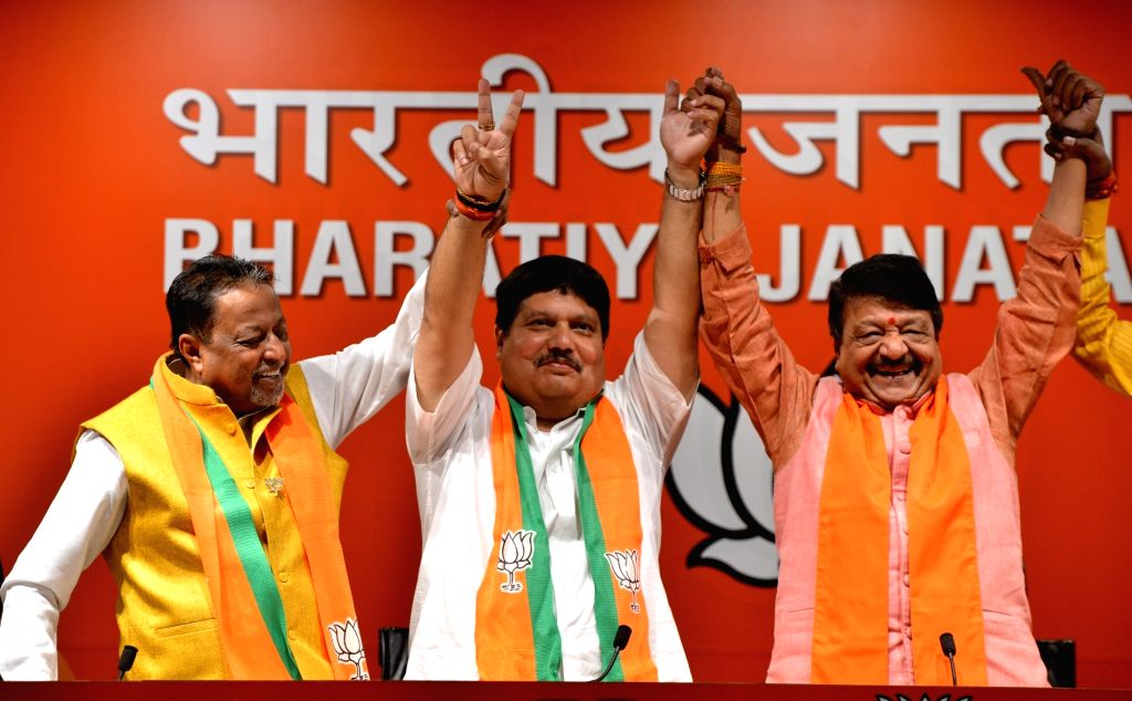 Trinamool Congress (TMC) MLA Arjun Singh (C) joins BJP in the presence of BJP leaders Mukul Roy and Kailash Vijayvargiya, in New Delhi on March 14, 2019. - Arjun Singh and Mukul Roy