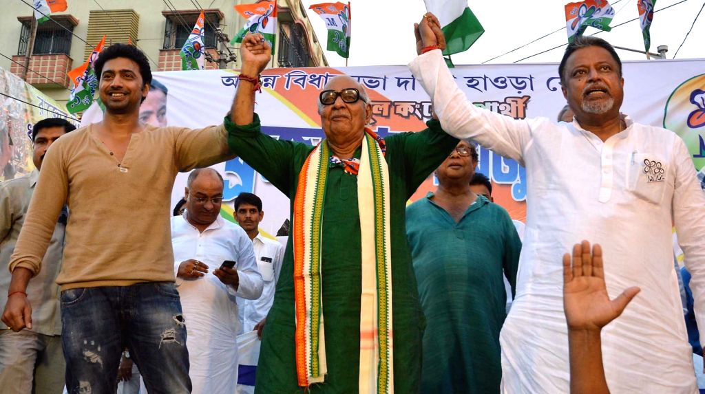 Trinamool Congress (TMC) MPs Dev and Mukul Roy during an election rally in Howrah of West Bengal, on April 20, 2016. - Mukul Roy