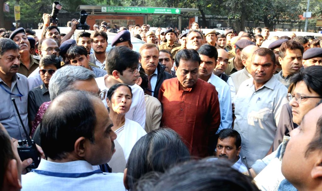 Trinomool Congress supremo and West Bengal Chief Minister Mamata Banerjee and Delhi Chief Minister Arvind Kejriwal on way to meet Reserve Bank officials on the issue of demonitisation in ... - Mamata Banerjee and Arvind Kejriwal
