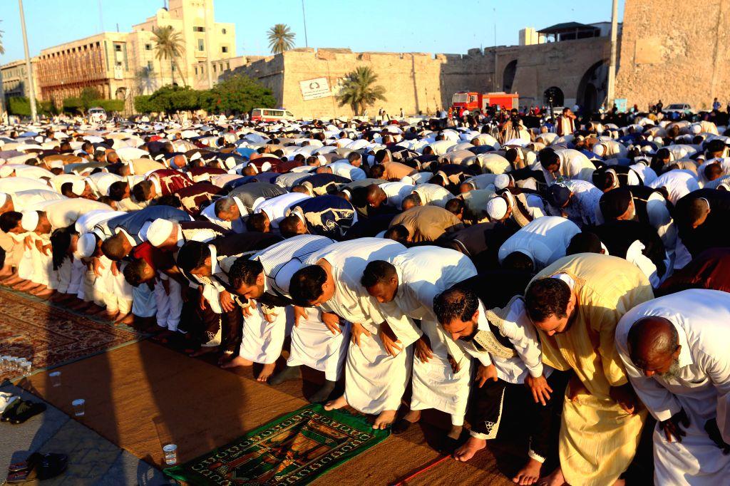 TRIPOLI, June 25, 2017 - Muslims gather at the Martyrs' Square to offer the Eid al-Fitr prayers in Tripoli, Libya, on June 25, 2017. (Xinhua/Hamza Turkia)