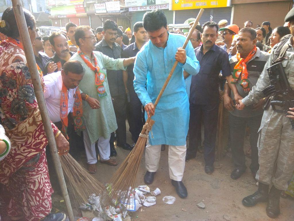Tripura Chief Minister Biplab Kumar Deb participates in a cleanliness drive in Agartala, on Sept 17, 2018. - Biplab Kumar Deb