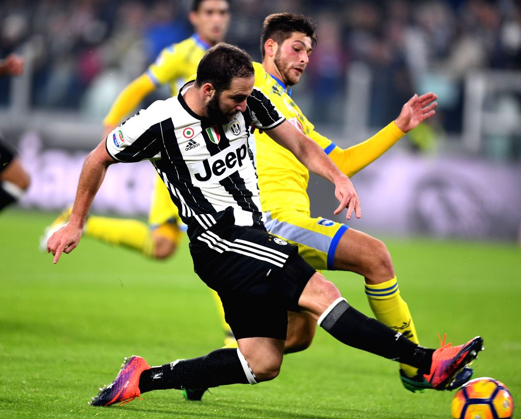 TURIN, Nov. 20, 2016 - Juventus' Gonzalo Higuain (L) vies with Pescara's Cristiano Biraghi during the Italian Serie A match between Juventus and Pescara at the Juventus Stadium in Turin on Nov. 19, ...