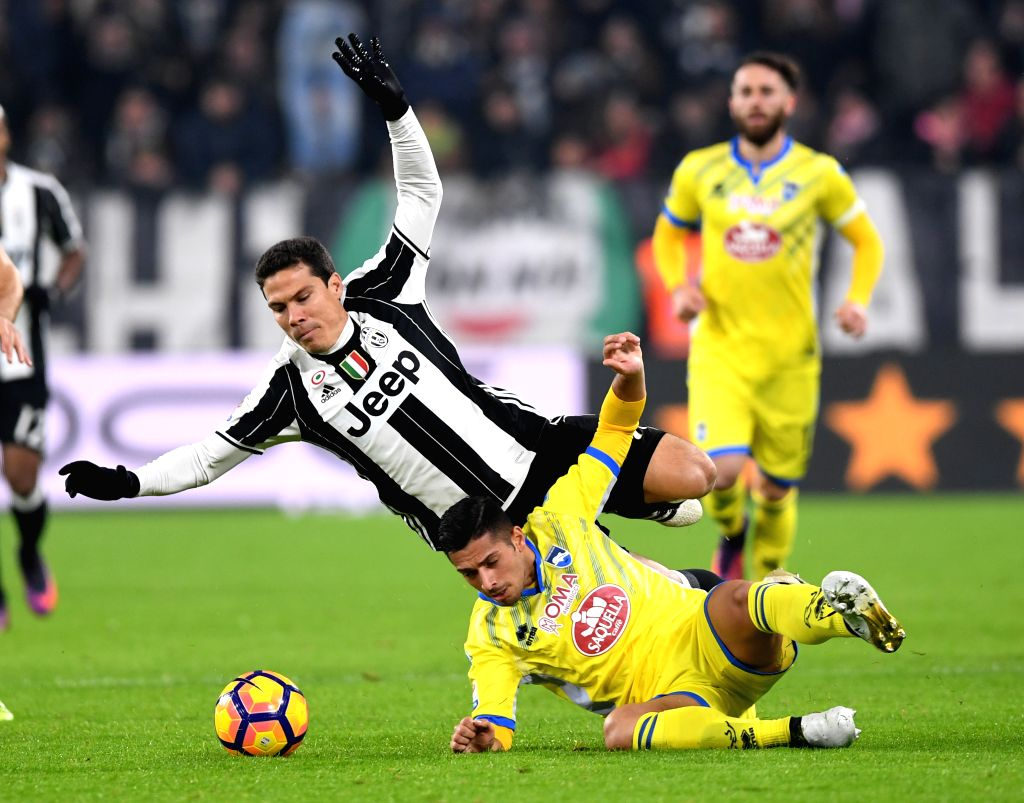 TURIN, Nov. 20, 2016 - Juventus' Hernanes (L) vies with Pescara's Gianluca Caprari during the Italian Serie A match between Juventus and Pescara at the Juventus Stadium in Turin on Nov. 19, 2016. ...