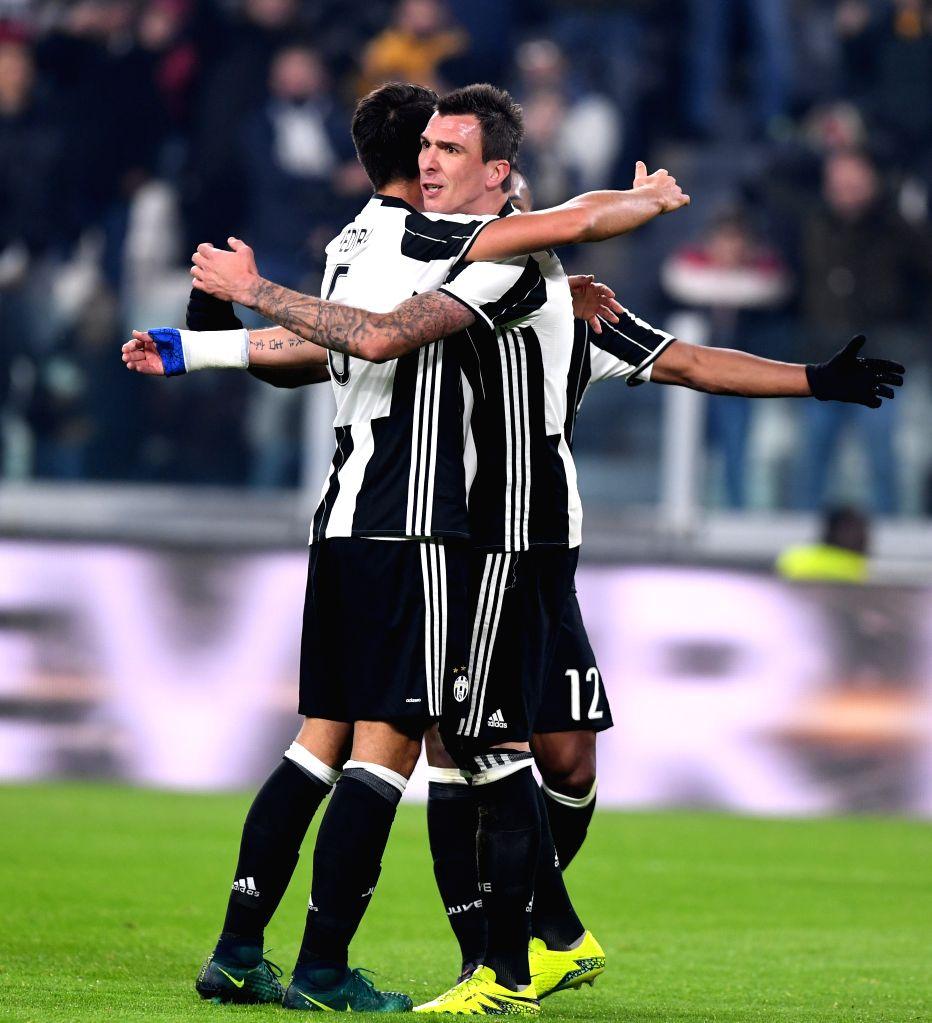 TURIN, Nov. 20, 2016 - Juventus' Mario Mandzukic (R) celebrates scoring during the Italian Serie A match between Juventus and Pescara at the Juventus Stadium in Turin on Nov. 19, 2016. Juventus won ...