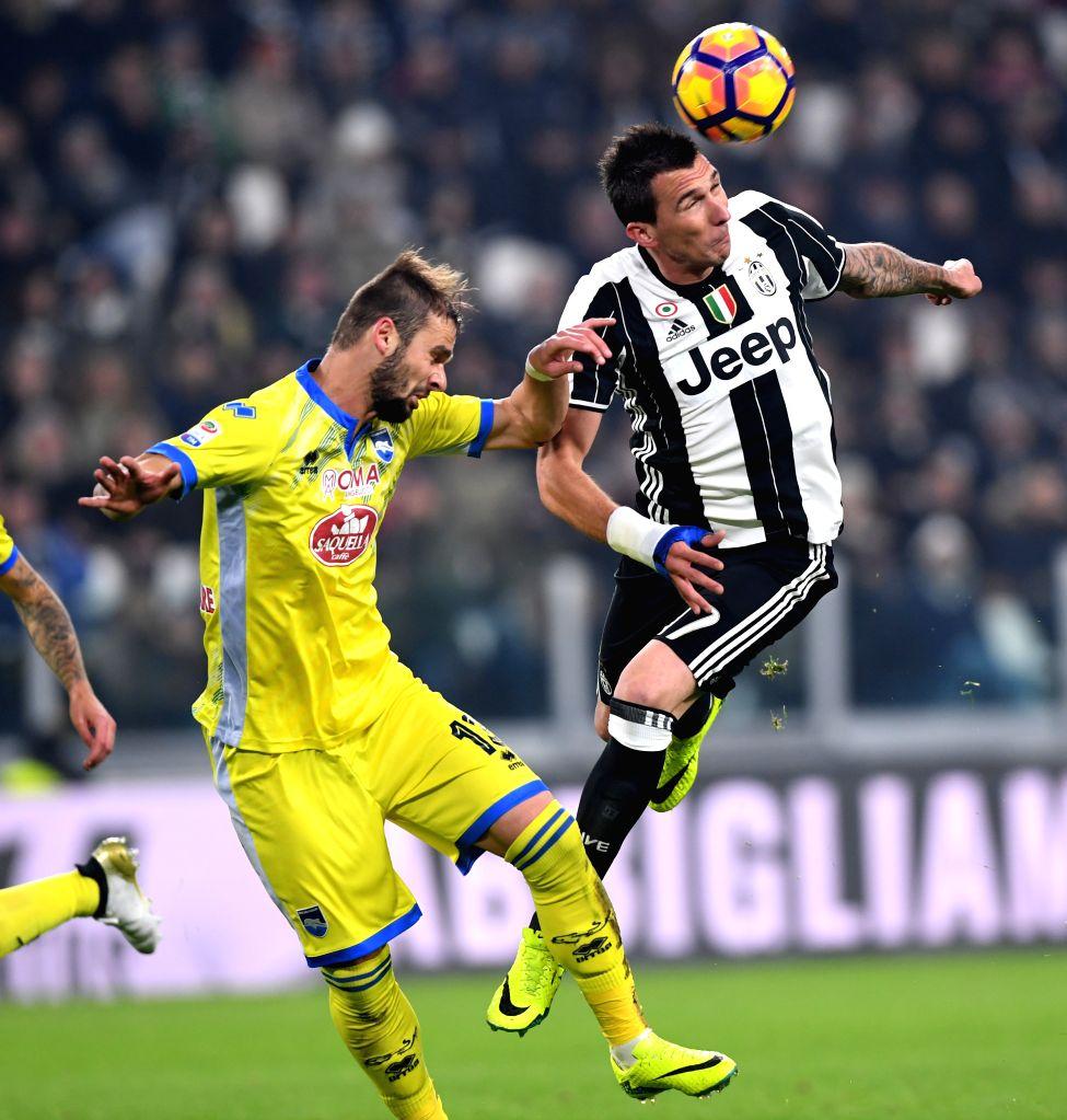 TURIN, Nov. 20, 2016 - Juventus' Mario Mandzukic (R) vies with Pescara's Dario Zuparic during the Italian Serie A match between Juventus and Pescara at the Juventus Stadium in Turin on Nov. 19, 2016. ...