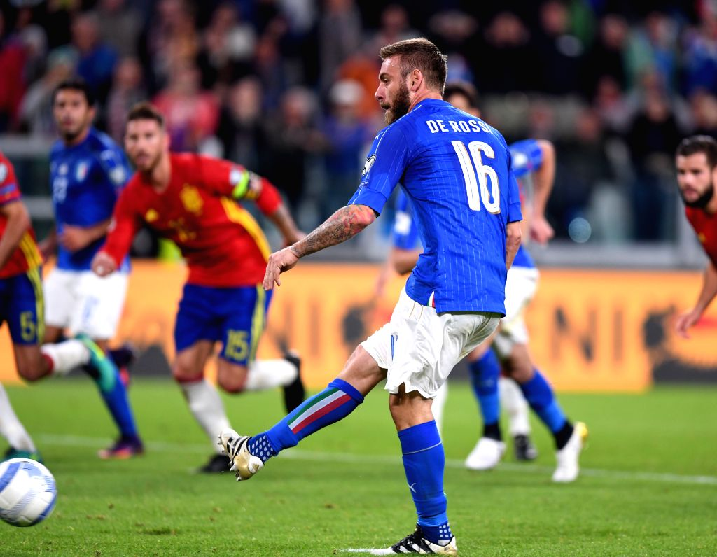 TURIN, Oct. 7, 2016 - Italy's Daniele De Rossi shoots during the World Cup 2018 football qualification match between Italy and Spain at the Juventus stadium in Turin, Italy, on Oct. 6, 2016.