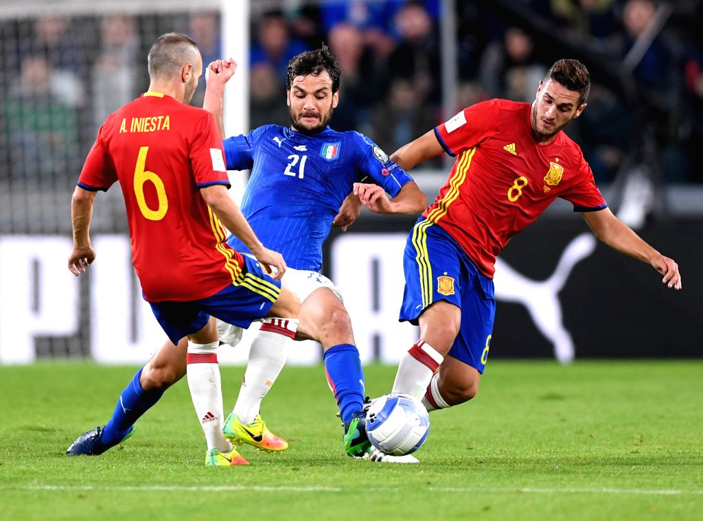 TURIN, Oct. 7, 2016 - Italy's Marco Parolo(C) vies with Spaine's Andres Iniesta (L)and Koke during the World Cup 2018 football qualification match between Italy and Spain at the Juventus stadium in ...