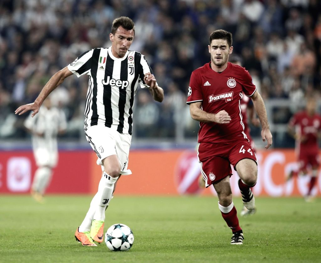 TURIN, Sept. 28, 2017 - Juventus' Mario Mandzukic (L) vies with Olimpiacos' Bjorn Engels during the UEFA Champions League group D match between Juventus and Olimpiacos in Turin, Italy, Sept. 27, ...