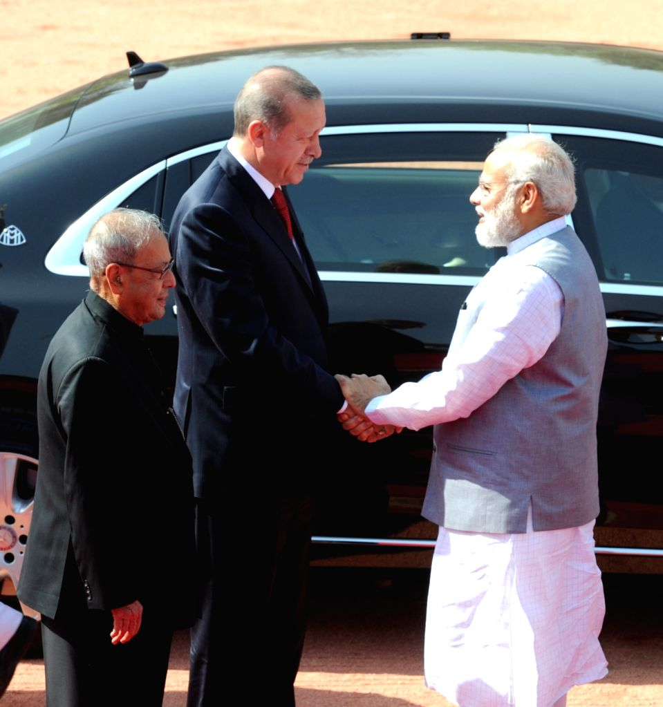 Turkish President Recep Tayyip Erdogan being received by President Pranab Mukherjee and Prime Minister Narendra Modi at a Ceremonial Reception organised for him at Rashtrapati Bhavan, in ... - Narendra Modi and Pranab Mukherjee