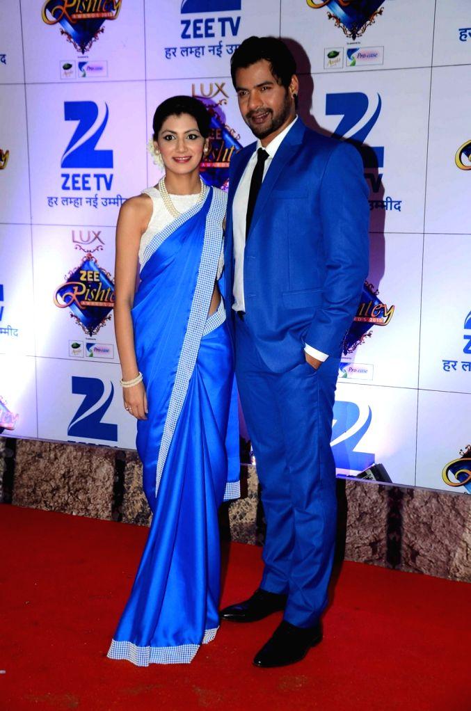TV actors Sriti Jha and Shabbir Ahluwalia during the red carpet of Zee Rishtey Awards 2015, in Mumbai on November 21, 2015. - Sriti Jha and Shabbir Ahluwalia