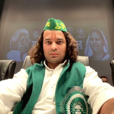 Twitterati has fun over RJD's Tej Pratap's new profile pic.