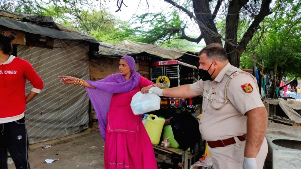Two different faces of the Delhi Police came to the forefront as they were involved in dealing with an epidemic like Corona. In some places, the police themselves are providing essential items to the ...