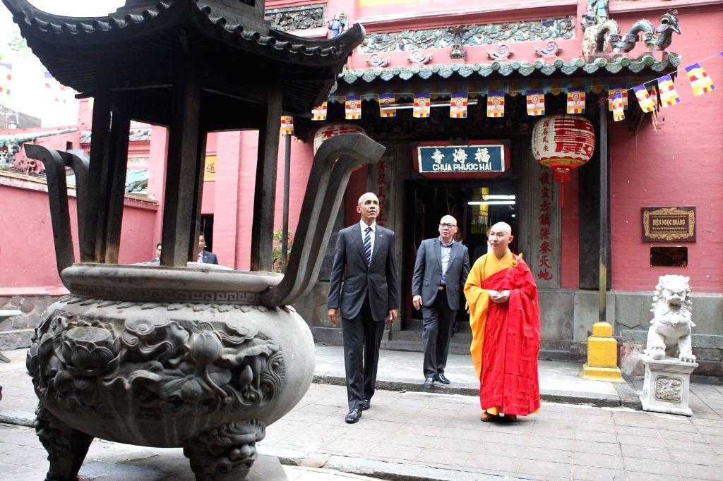 U.S. President Barack Obama (1st L) visits 100-year-old Ngoc Hoang (Jade Emperor) Pagoda in District 1, Ho Chi Minh City, Vietnam, May 24, 2016. Obama ...