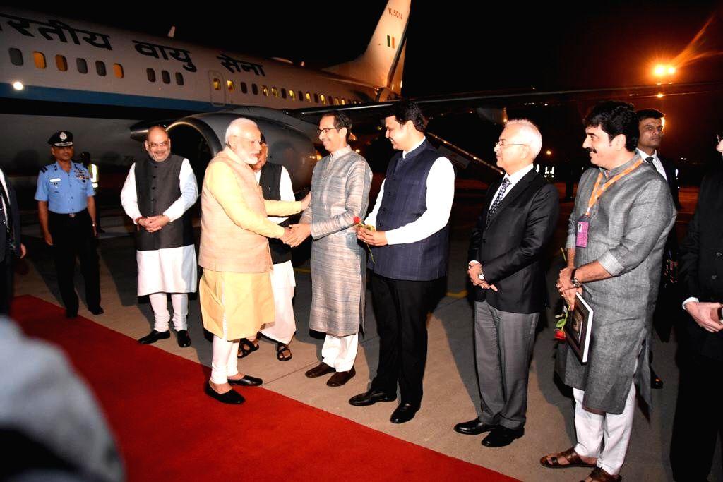 Uddhav Thackeray welcomes Narendra Modi in Pune. - Narendra Modi