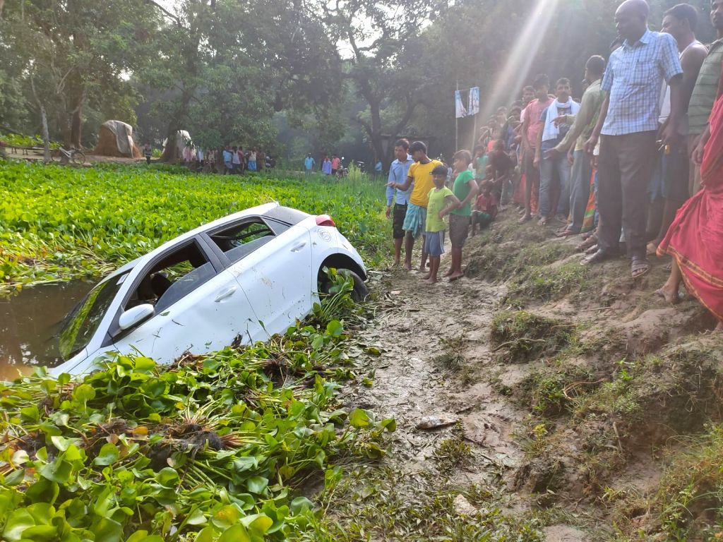 Uncontrolled car falls into pit in Bihar, 5 killed.