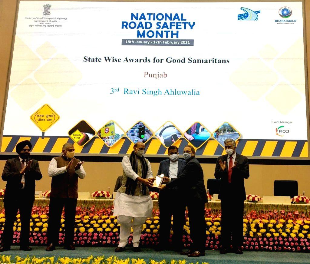 Union cabinet ministers Rajnath Singh and Nitin Gadkari conferring 'Good Samaritan' award upon Ravee Singh Ahluwalia. - Rajnath Singh and Ravee Singh Ahluwalia