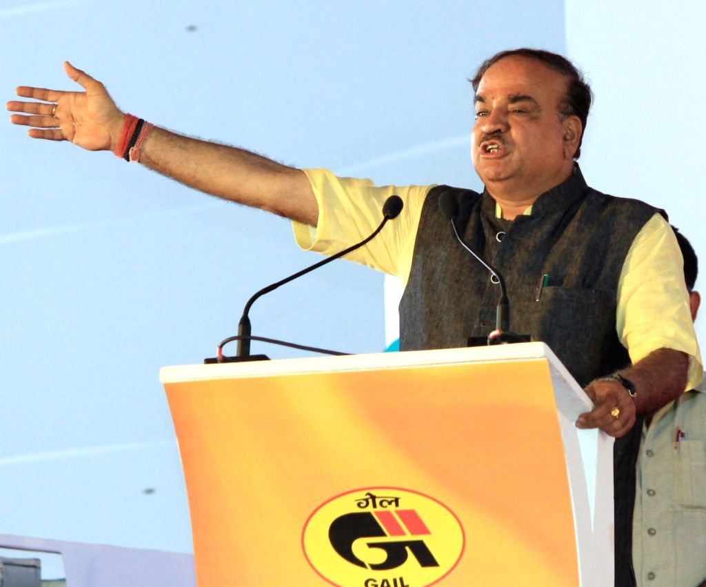 Union Chemical and Fertilizer Minister Ananth Kumar addresses during a programme organised to launch Bengaluru City Gas Distribution Project, CNG Gas Station and Pradhan Mantri Ujjwala ... - Ananth Kumar