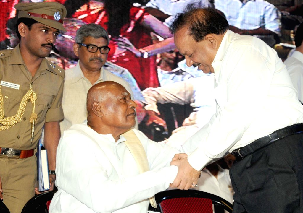 Union Health Minister Harsh Vardhan with Tamil Nadu Governor K Rosaiah during a programme organised on the first foundation day of International Vaish Federation in New Delhi on July 13, 2014. - Harsh Vardhan