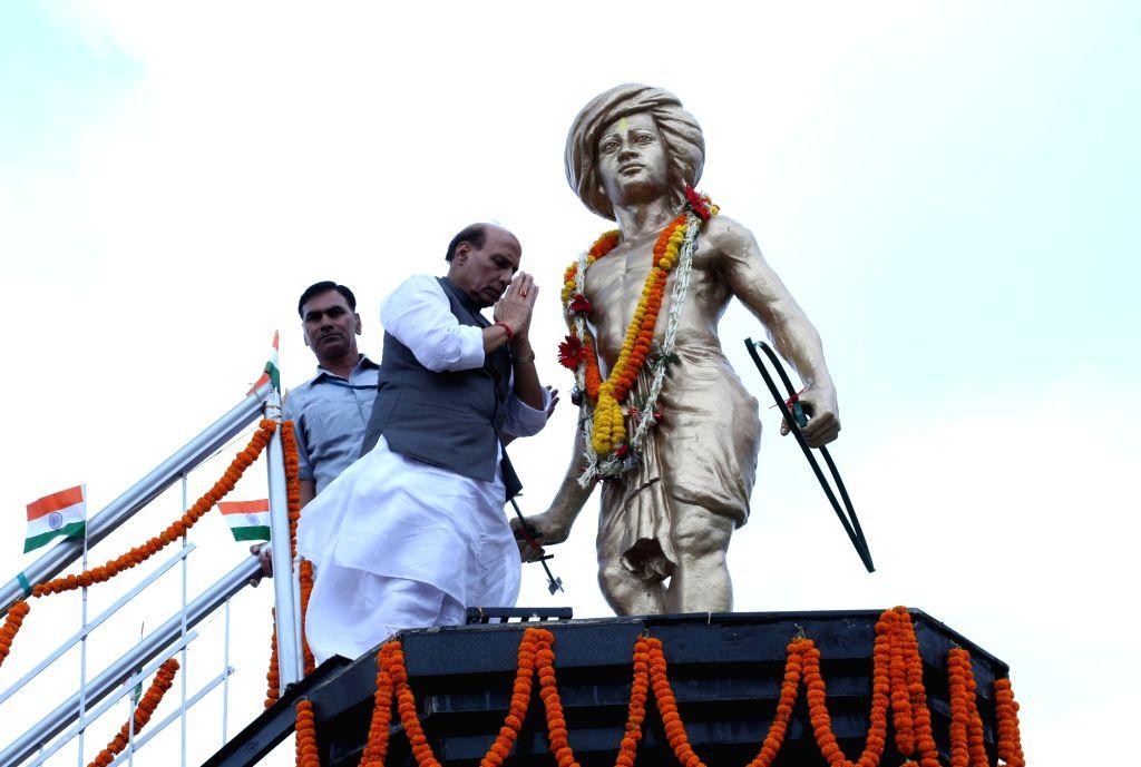 Union Home Minister Rajnath Singh garlanding the statue of freedom fighter and a popular tribal leader Birsa Munda at Ulihatu village in Khunti district of Jharkhand on Aug 13, 2016. - Rajnath Singh and Birsa Munda